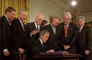 "Il Presidente G. Bush alla firma del ""Patriot Act"""