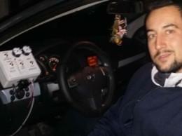 Davide Patella sulla sua automobile...