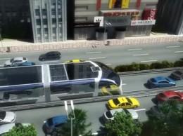 Addio traffico, il bus del futuro passa sopra le auto /Video